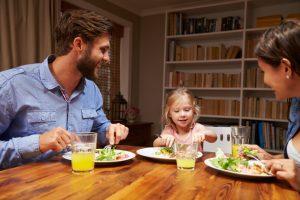 famiglia-a-tavola-è